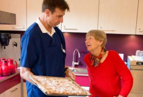 Im Tobias-Haus zaubern die Präsenzkräfte auch mal frischen Kuchen