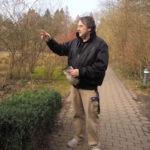 Der Haustechniker der Tobias-Hauses bei seiner Runde durch den Garten