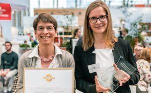 """Auf der Leitmesse """"Altenpflege"""" hat das Tobias-Haus die Auszeichnung """"Botschafter emotionaler Genuss"""" erhalten. Heimleiterin Christine Berg und Gartentherapeutin Jana Morche nahmen den Preis am 3. April 2019 in Nürnberg entgegen."""