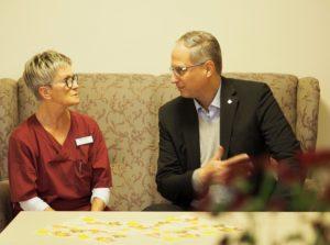 Pflegefachfrau Gerti Fricke berichtet dem CDU-Politiker Tobias Koch aus ihrem Alltag (Foto: Kati Imbeck)