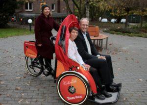 Zum Abschluss drehen Christine Berg und Tobias Koch eine Runde in der Fahrradrikscha des Tobias-Hauses (Foto: Patrick Ziebke)