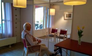 Bildunterschrift: Ein Bewohner im neuen Besuchsraum des Tobias-Hauses (Foto: Sabine Kummert / Tobias-Haus)