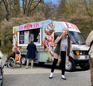 Der Eiswagen vor dem Tobias-Haus